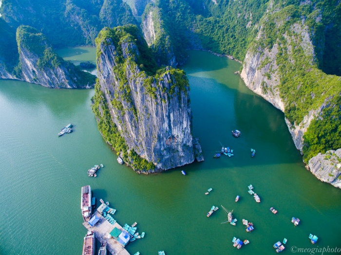 Ba Hang Village is a small floating village located near Thien Cung Grotto (Heaven Grotto). The village is a favourite destination for tourists who want to witness local life in the majestic bay.