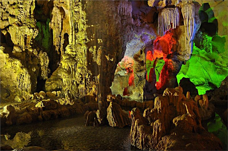 Dau Go Cave in Halong Bay - Source: Image from Flickr