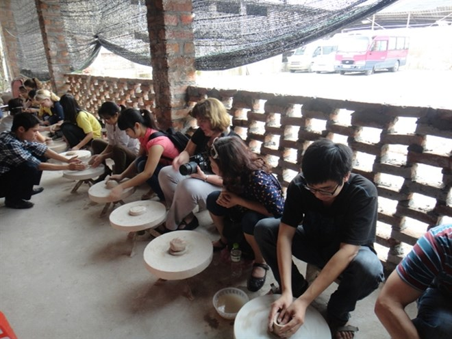 "Tourists learn how to make ceramic jars at Bat Trang Village in Hanoii. The village was awarded the title of ""Best Craft Village"" at this year's VITM (Photo: travel-hanoi.com)"