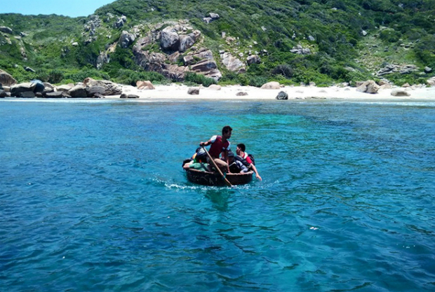 The fastest way to leave the cape is to hire a boat capable of carrying 10 people for VND1.2 million. Due to the reefs surrounding the beach, coracle boats are the only way of getting out to the larger boats.
