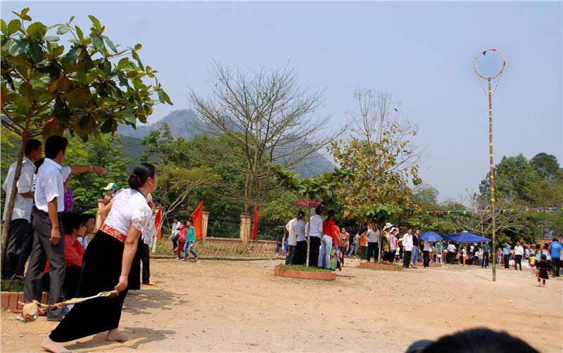Nem Con Festival (Throwing Ball Festival) - Source: Image from baotintuc.vn