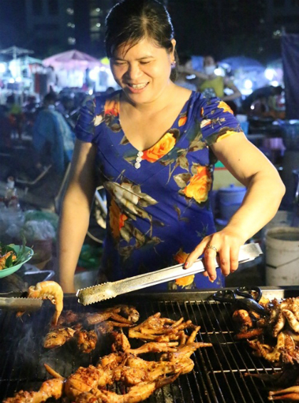 saigon-s-night-food-market-scene-1