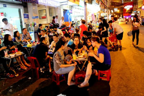 saigon-s-night-food-market-scene-2