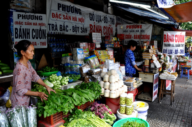 Having been in Saigon for more than 20 years, the kiosks at the end of Chu Manh Trinh (District 1), Tran Quoc Toan, Vo Thi Sau and Nguyen Thong Street (District 3) have almost every northern specialty for sale.