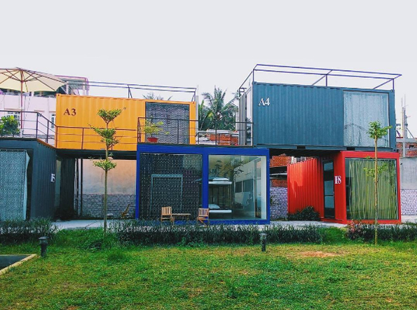 No need for bricks! The owner opted for a greeneer alternative: old containers remade into colorful blocks.