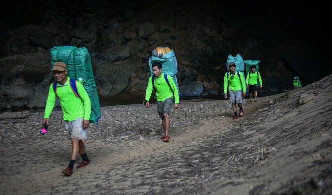 Porters-work-inside-Son-Doong-Cave