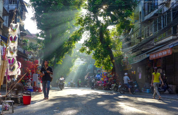 A peaceful morning of autumn in Hanoi. Photo by VnExpress/Quang Vu