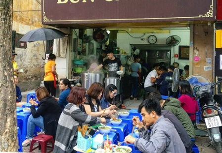 This small restaurant has been attracting a large number of customers for a decade. Photo by VnExpress/Tuan Dao